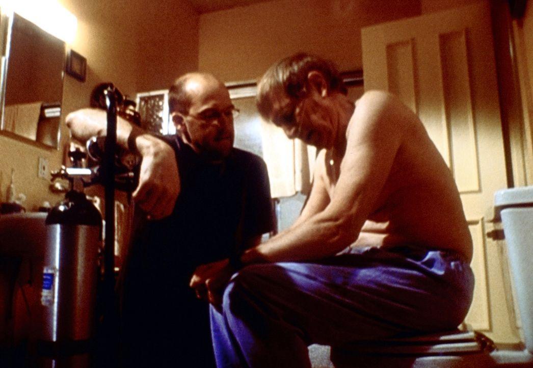 Greene (Anthony Edwards, l.) hat Probleme mit seinem Vater David (John Cullum, r.) ... - Bildquelle: TM+  2000 WARNER BROS.