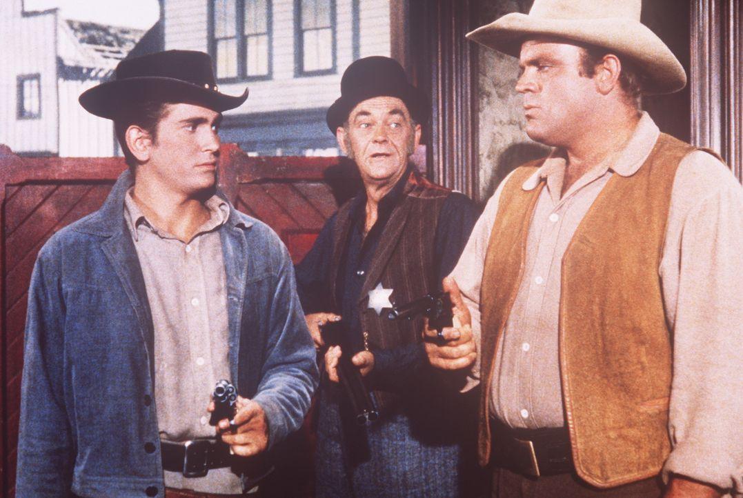 Hoss (Dan Blocker, r.) und Little Joe Cartwright (Michael Landon, l.) werden in einer Bergarbeiterstadt vom Sheriff (John McIntire, M.) vor dem aufg... - Bildquelle: Paramount Pictures