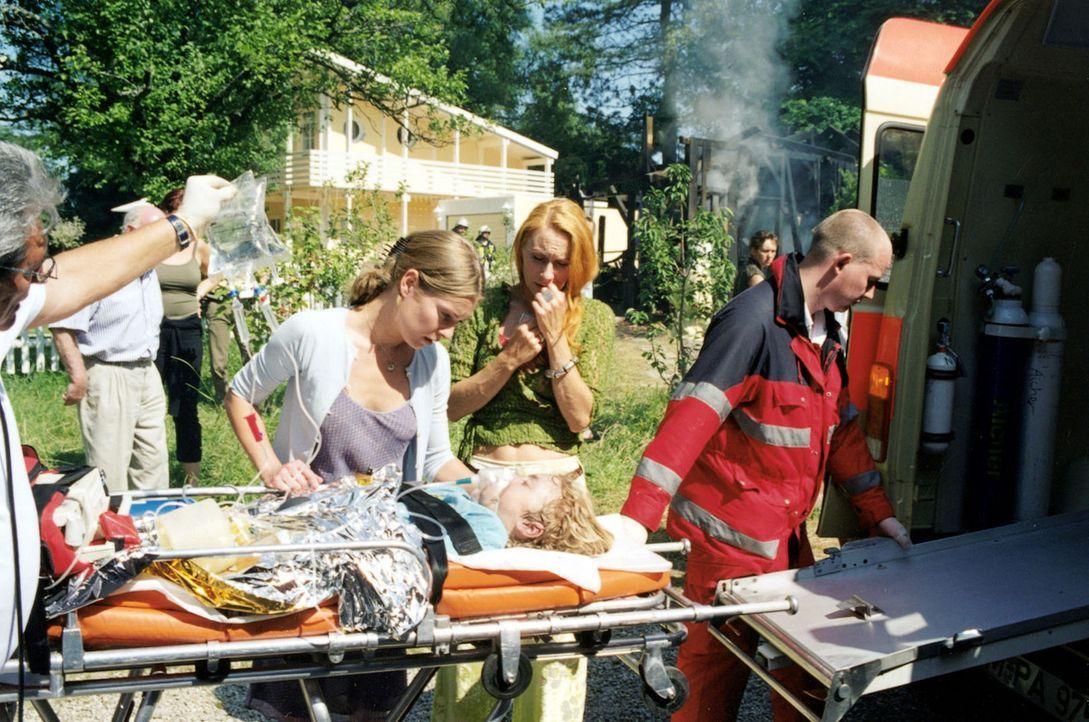 Als Kates (Lisa Martinek, l.) Schuppen, der ihr als Werkstatt dient und direkt an Mattuscheks Grundstück grenzt, lichterloh brennt und Samuel schwer... - Bildquelle: Louis Jean Heydt Sat.1