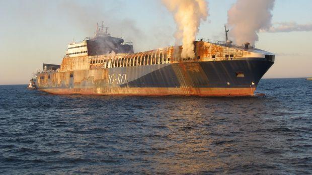 Feuer auf einem Schiff, da müssen die Bergungsprofis schnell eingreifen ... ©...