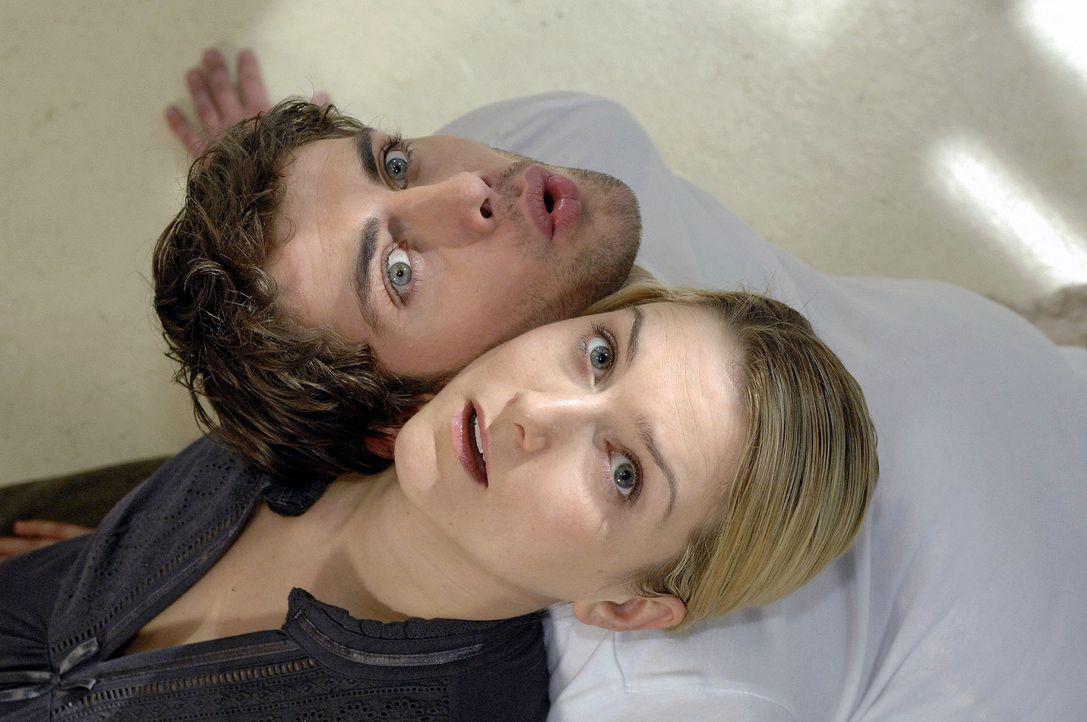 Anna (Jeanette Biedermann, l.) träumt, dass sie mit Jonas (Roy Peter Link, r.) einen Schwangerschaftskurs besucht .... - Bildquelle: Oliver Ziebe Sat.1