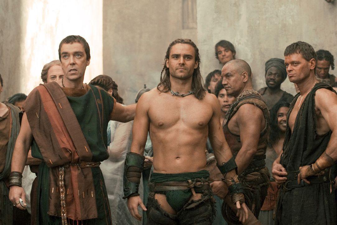 Um mit seinen Kämpfern bei den Eröffnungsspielen der neuen Arena mitmischen zu dürfen, schickt Quintus Batiatus (John Hannah, l.) seinen besten G... - Bildquelle: 2010 Starz Entertainment, LLC