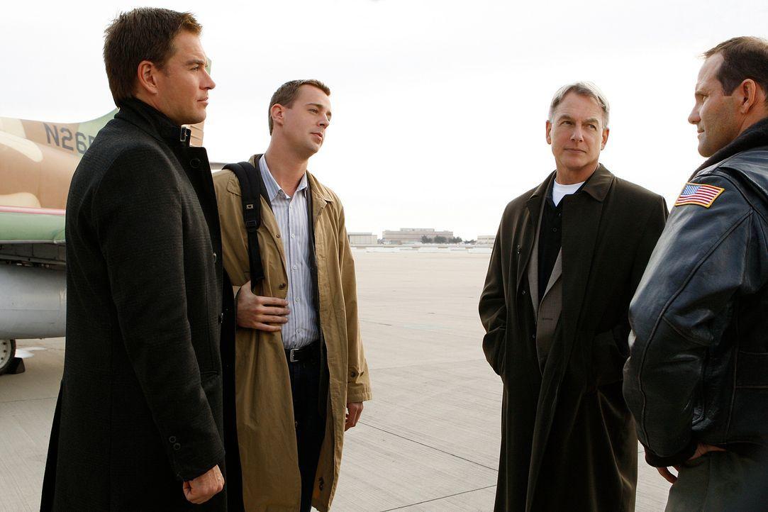 Ein toter Pilot bereitet Tony (Michael Weatherly, l.), McGee (Sean Murray, 2.v.l.), Gibbs (Mark Harmon, 2.v.r.) und Captain James Powell (Chris Brun... - Bildquelle: CBS Television