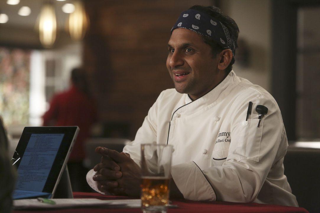 Ravi (Ravi Patel) will Gerald und Vanessa dabei helfen, einen Investor für ihre Erziehungs-App zu finden und bringt die beiden mit dem Unternehmer K... - Bildquelle: Jordin Althaus 2016 ABC Studios. All rights reserved.