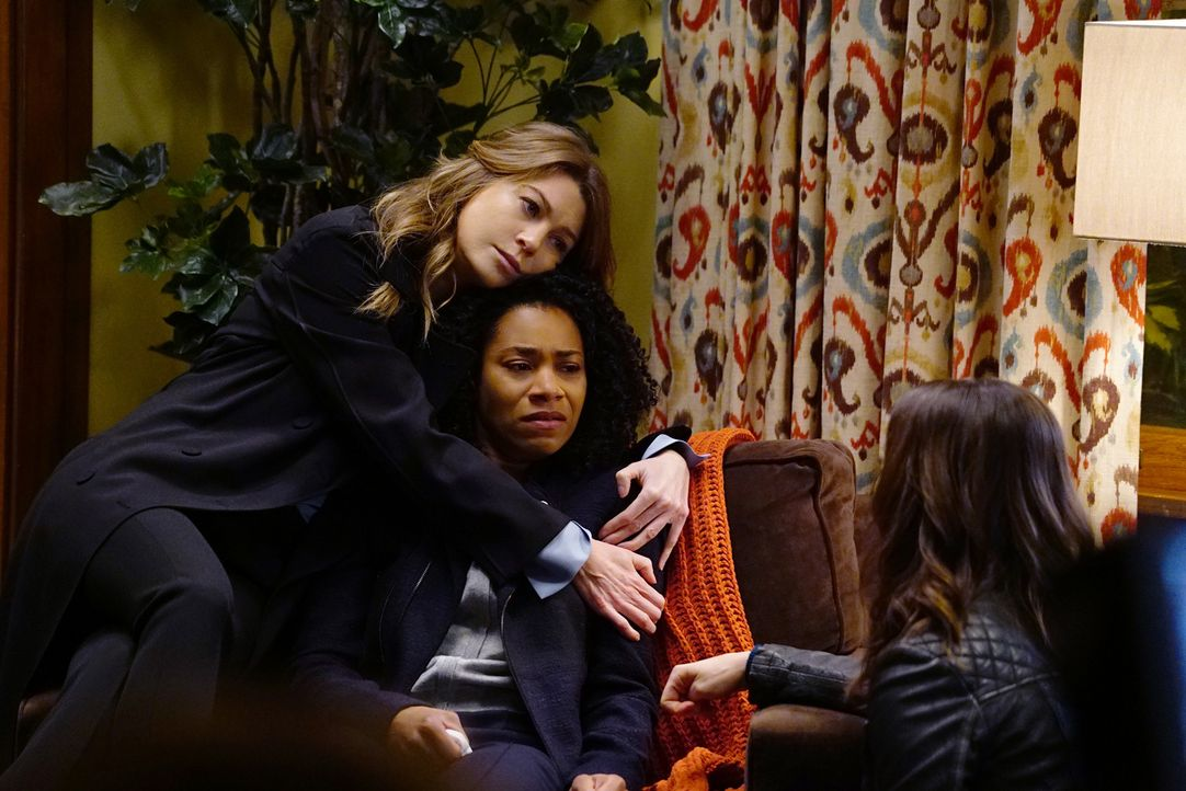 Stephanie unterläuft bei einer Behandlung ein Fehler, während sich Meredith (Ellen Pompeo, l.) und Amelia (Caterina Scorsone, r.) um Maggie (Kelly M... - Bildquelle: Richard Cartwright 2017 American Broadcasting Companies, Inc. All rights reserved.