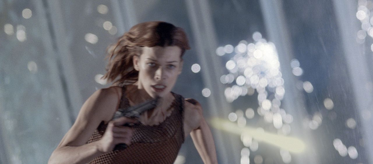 Alice (Milla Jovovich) hat einen starken Gegner: Nemesis, ein von der Umbrella Corporation gezüchteter Riesen-Mutant ... - Bildquelle: Constantin Film