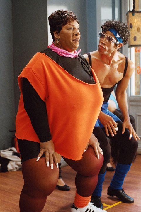 Während sie ihren Mann Norbit in den Keller sperrt, weil er anderen Frauen nachschaut, fängt Rasputia (Eddie Murphy, l.) eine Affäre mit ihrem Fitne... - Bildquelle: Copyright  2007 DREAMWORKS LLC. All Rights Reserved.