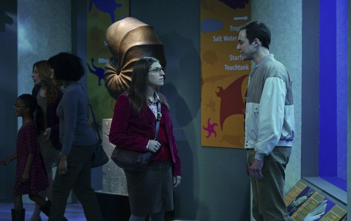 Es ist Thanksgiving und die Clique hat unterschiedliche Pläne für den Feiertag: Sheldon (Jim Parsons, r.) und Amy (Mayim Bialik, l.) fahren - rein f... - Bildquelle: 2015 Warner Brothers