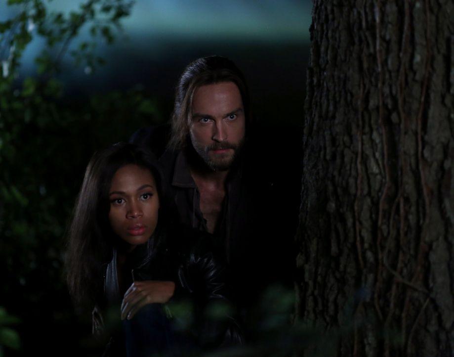 Zusammen begeben sich Ichabod (Tom Mison, r.) und Abbie (Nicole Beharie, l.) auf die Suche nach Abraham und Katrina, doch selbst, wenn sie deren Auf... - Bildquelle: 2014 Fox and its related entities. All rights reserved.