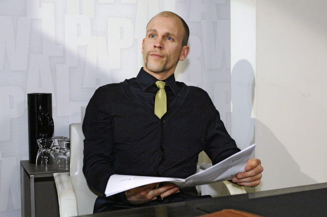 Gerrit (Lars Löllmann) gelangt durch Zufall an Annas Ideen ... - Bildquelle: Oliver Ziebe Sat.1