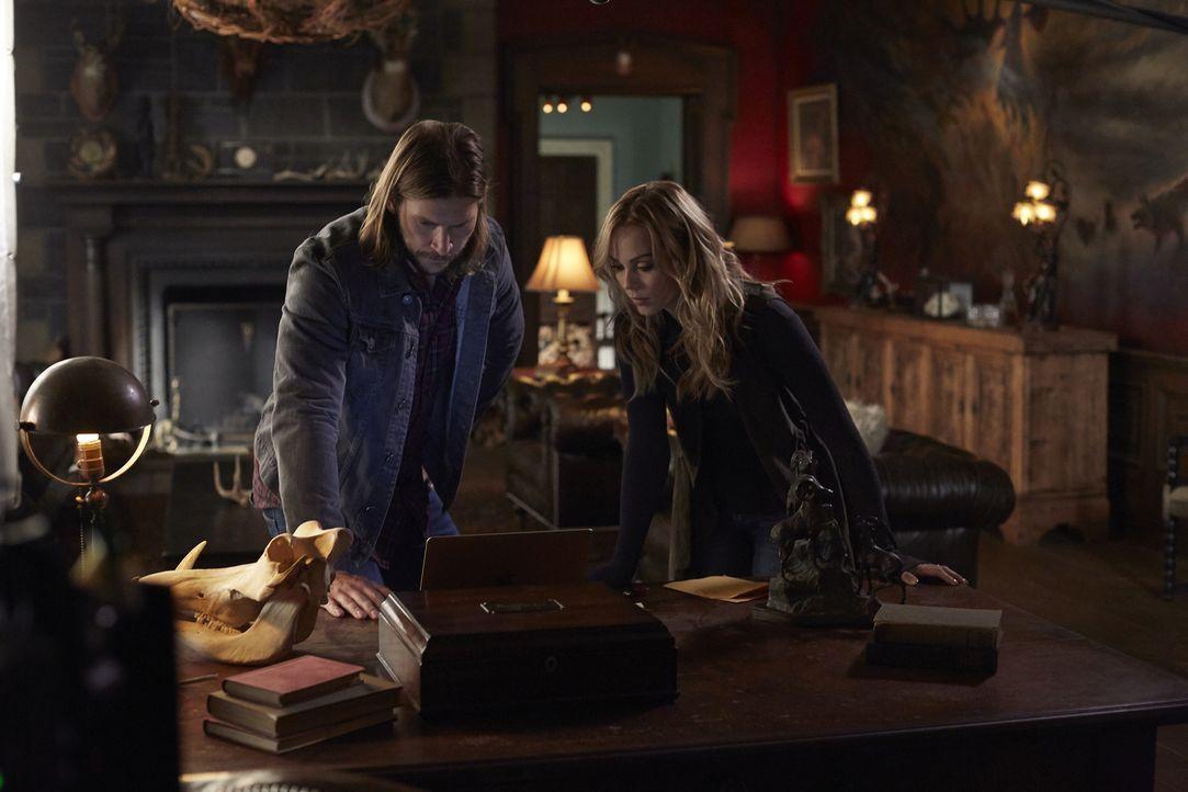 Clay (Greyston Holt, l.) und Elena (Laura Vandervoort, r.) bekommen von einem Unbekannten eine erschreckende Nachricht. Unterdessen muss Jeremy hera... - Bildquelle: 2016 She-Wolf Season 3 Productions Inc.