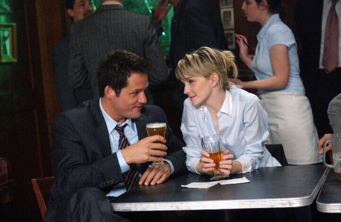 Jason (Josh Hopkins, l.) und Det. Lilly Rush (Kathryn Morris, r.) unterhalten sich über einen mysteriösen Mordfall aus dem Jahre 1985 ... - Bildquelle: Warner Bros. Television