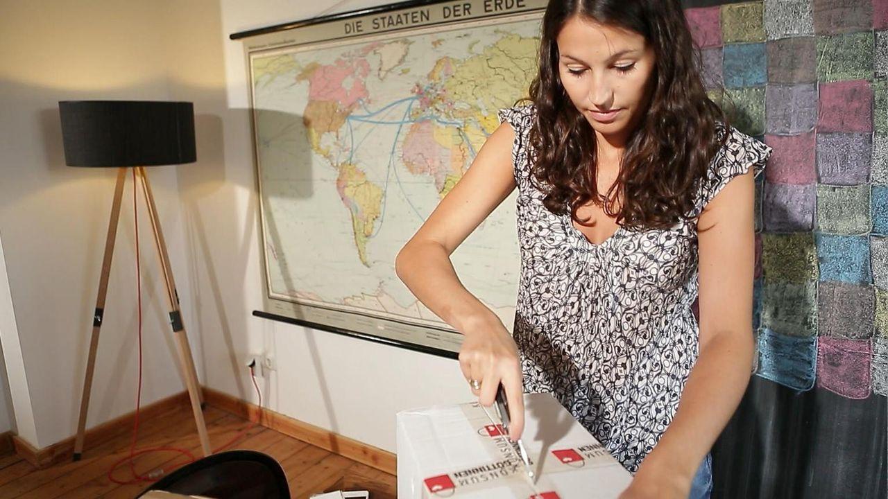 Reporterin Alexandra Wahl versucht sich als Produkttesterin, die bestellte Artikel bewerten soll, die sie danach behalten darf. Außerdem besucht sie eine leidenschaftliche Produkttesterin.