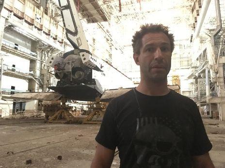 Mit dem TV-Team versucht Evil Jared Hasselhoff zu den gewaltigen Hangars des...