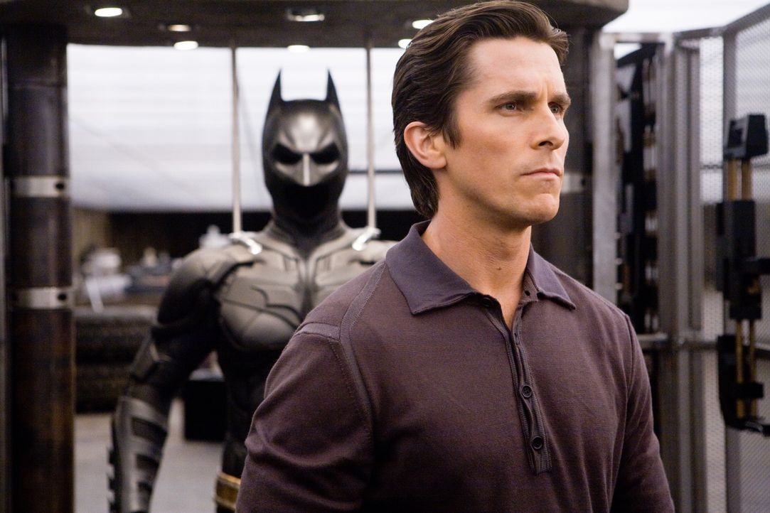 Bruce Wayne (Christian Bale) will nicht länger Batman sein - aber er muss ... - Bildquelle: Warner Bros.