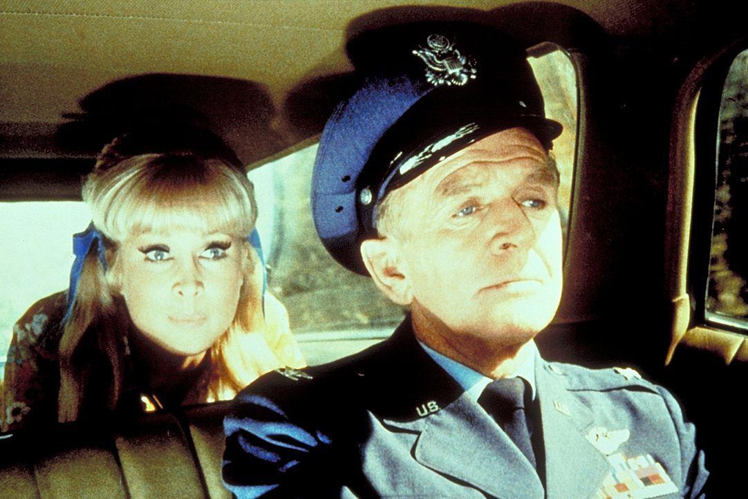 Roger (Bill Daily, r.) und Jeannie (Barbara Eden, l.) versuchen Tony, der unschuldig hinter Gittern sitzt, zu befreien.