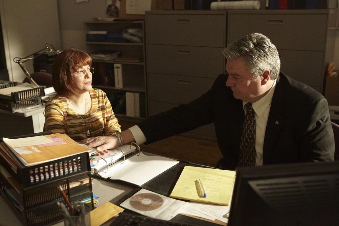 Larry Thomas (Bill Topham, r.) muss Jeanette (Elaine Frances Lynch, l.) erklären, dass der Fall ihrer Tochter trotz Zeugenaussagen nicht aufgeklärt... - Bildquelle: Craig Lenihan Cineflix 2013