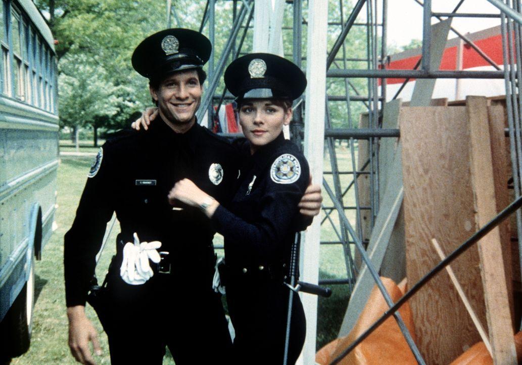Gegensätze ziehen sich an: Mahoney (Steve Guttenberg, l.) und Karen Thompson (Kim Cattrall, r.) haben sich gefunden... - Bildquelle: Warner Bros.