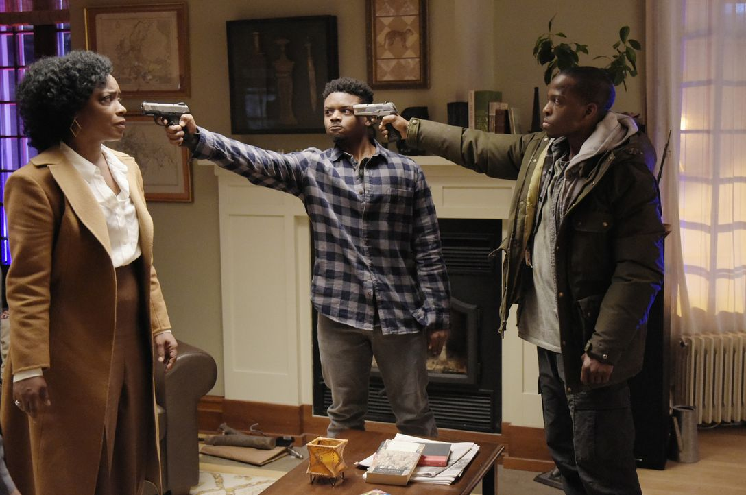 Eine ausweglose Situation: Miranda (Aunjanue Ellis, l.), Charlie (J. Mallory McCree, M.) und Derrick (Jaa Smith-Johnson, r.) ... - Bildquelle: Philippe Bosse 2015 ABC Studios