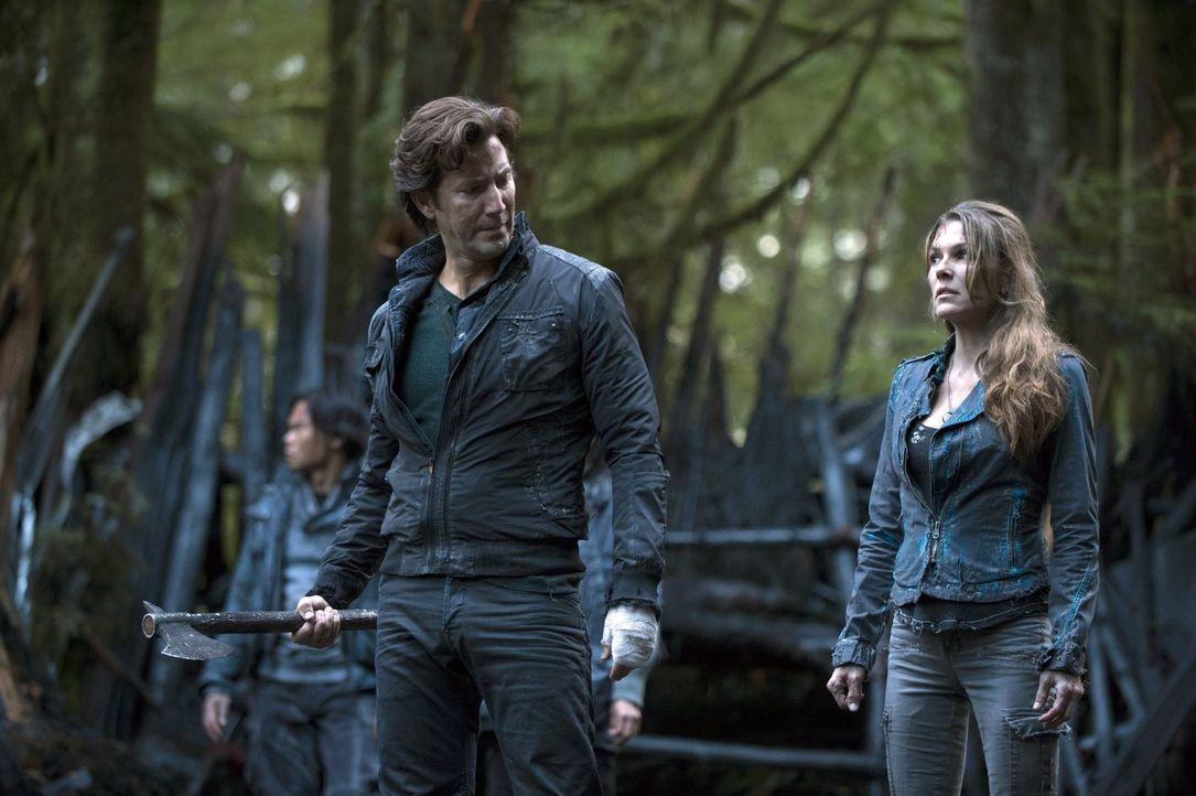 Auf der Suche nach den Teenagern, die sie zuvor auf die Erde geschickt hatten: Kane (Henry Ian Cusick, l.) und Abigail (Paige Turco, r.) ... - Bildquelle: 2014 Warner Brothers