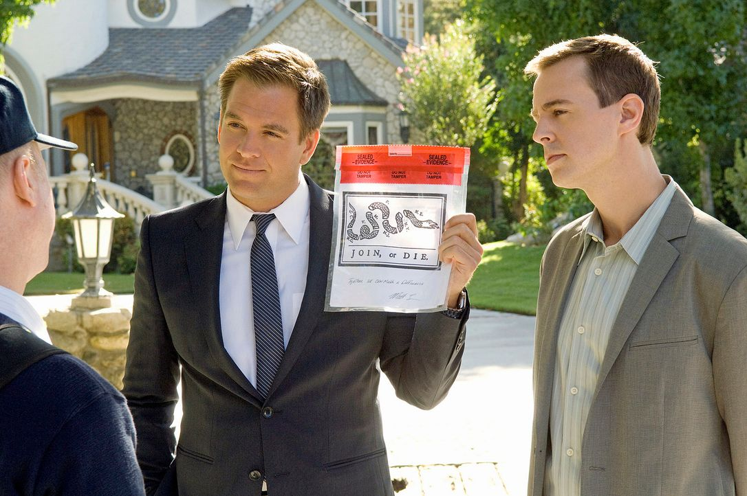 Versuchen, einen neuen Fall zu lösen: DiNozzo (Michael Weatherly, M.) und McGee (Sean Murray, r.) ... - Bildquelle: CBS Television