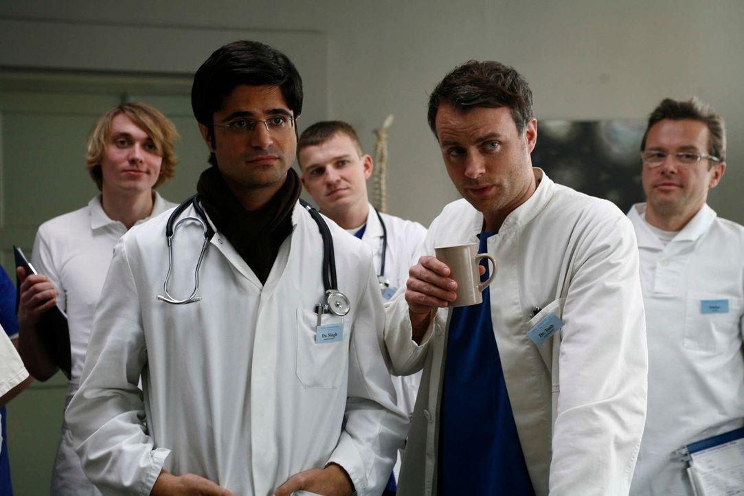 Als ihr tyrannischer Chef als Patient in die Klinik eingeliefert wird, wittern die Ärzte Singh (Maximilian Grill, vorne l.), Leo (André Röhner, vorn... - Bildquelle: Volker Roloff SAT.1