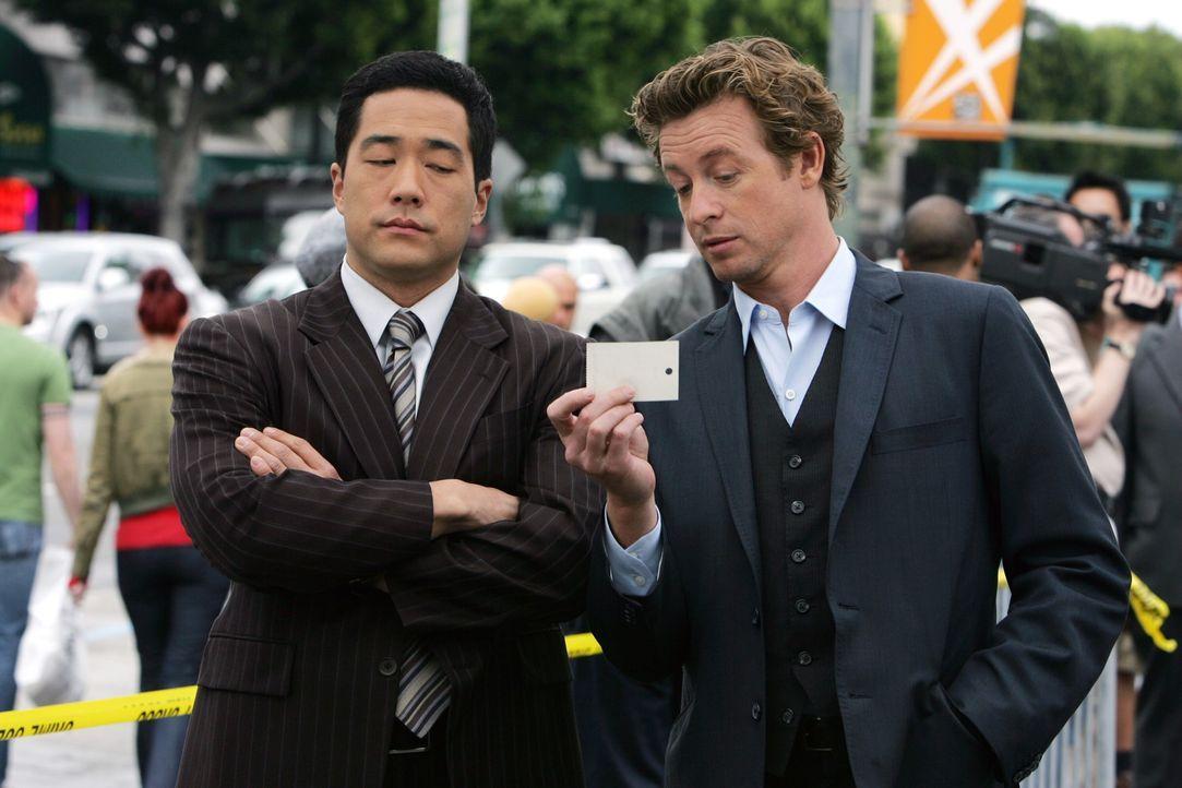 Anfangs dachten Kendall (Tim Kang, l.) und Patrick (Simon Baker, r.), dass sie den Mörder von Hollywood-Produzent Felix Hanson im Drogenmilieu find... - Bildquelle: Warner Bros. Television