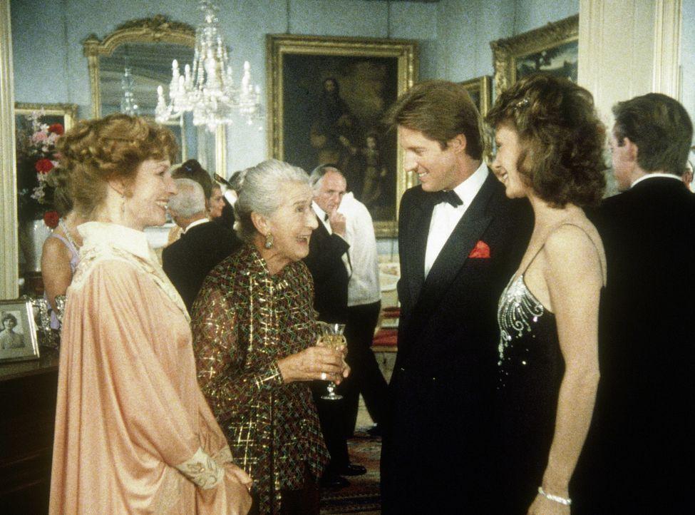 (v.li.n.re.) Lady Bromfield (Meg Wynn Owen), Margery (Margaret Withers), Lee (Bruce Boxleitner) und Amanda (Kate Jackson) bei einem Empfang auf Schl... - Bildquelle: CBS Television