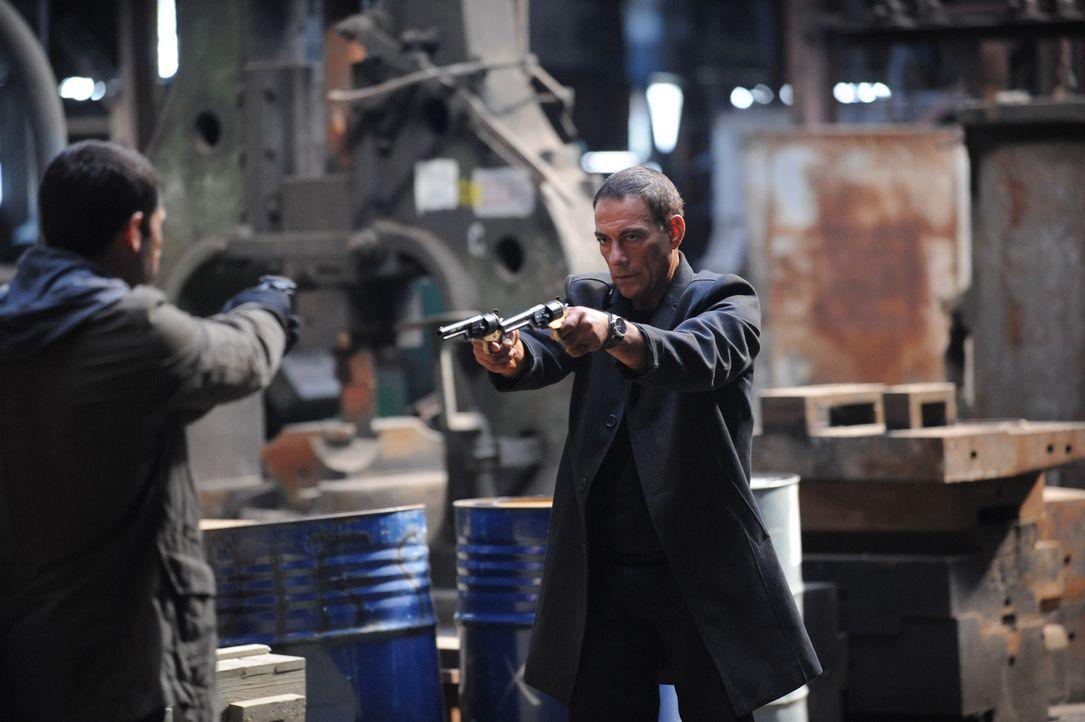 Zwei Killer, einer aus der Unterwelt (Jean-Claude Van Damme, r.) und einer vom Geheimdienst (Scott Adkins, l.), müssen schon bald feststellen, dass... - Bildquelle: 2011 Destination Films Distribution Company, Inc. All Rights Reserved.