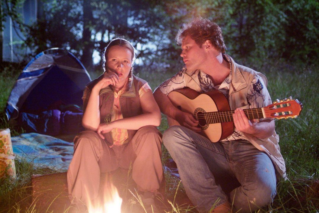 Das romantische Highlight des gemeinsamen Camping-Urlaubs: Ein Abend vor dem Lagerfeuer. Nur der Typ ist wirklich nervig! (Nina Vorbrodt, l. und Mir... - Bildquelle: Guido Engels Sat.1