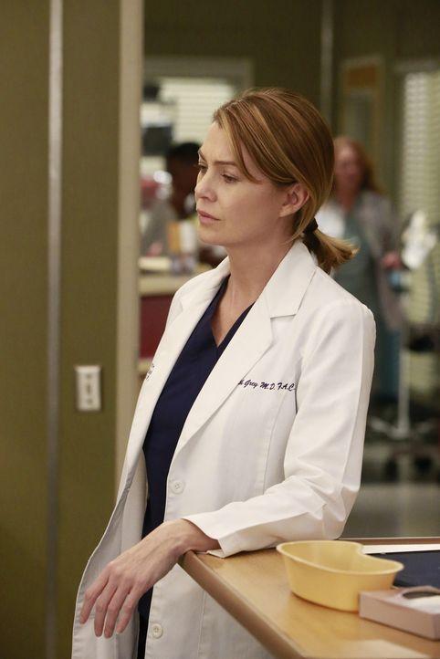 Während Maggie glaubt, dass Richard über ihre Beziehung mit Andrew Bescheid weiß, versucht Meredith (Ellen Pompeo), das Leben einer Patientin zu ret... - Bildquelle: Mitchell Haaseth ABC Studios