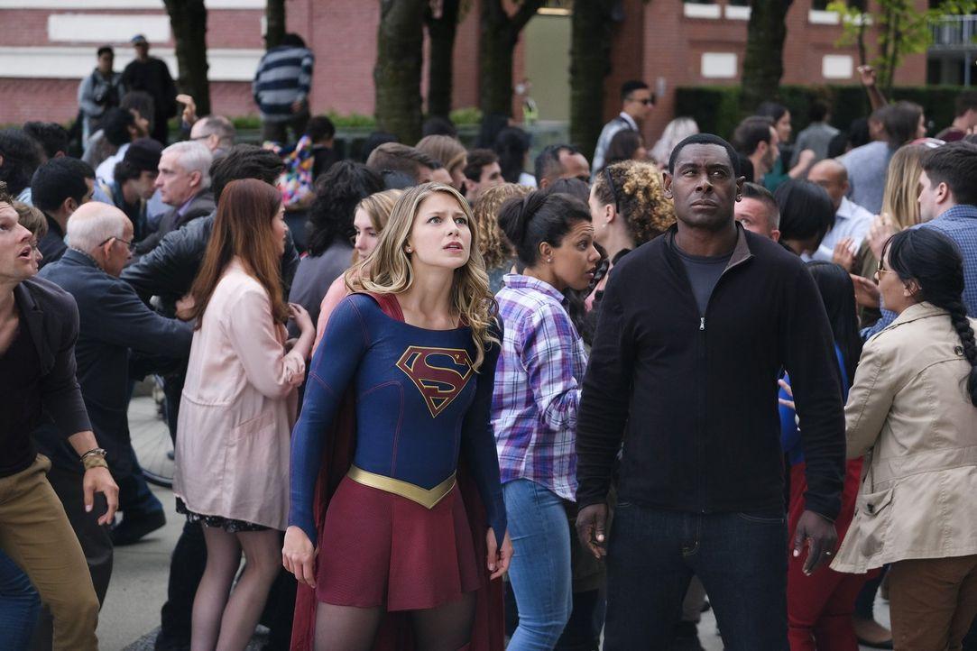 Müssen die Stadt vor einer neuen, mysteriösen Bedrohung beschützen: Kara alias Supergirl (Melissa Benoist, l.) und J'onn (David Harewood, r.) ... - Bildquelle: 2017 Warner Bros.