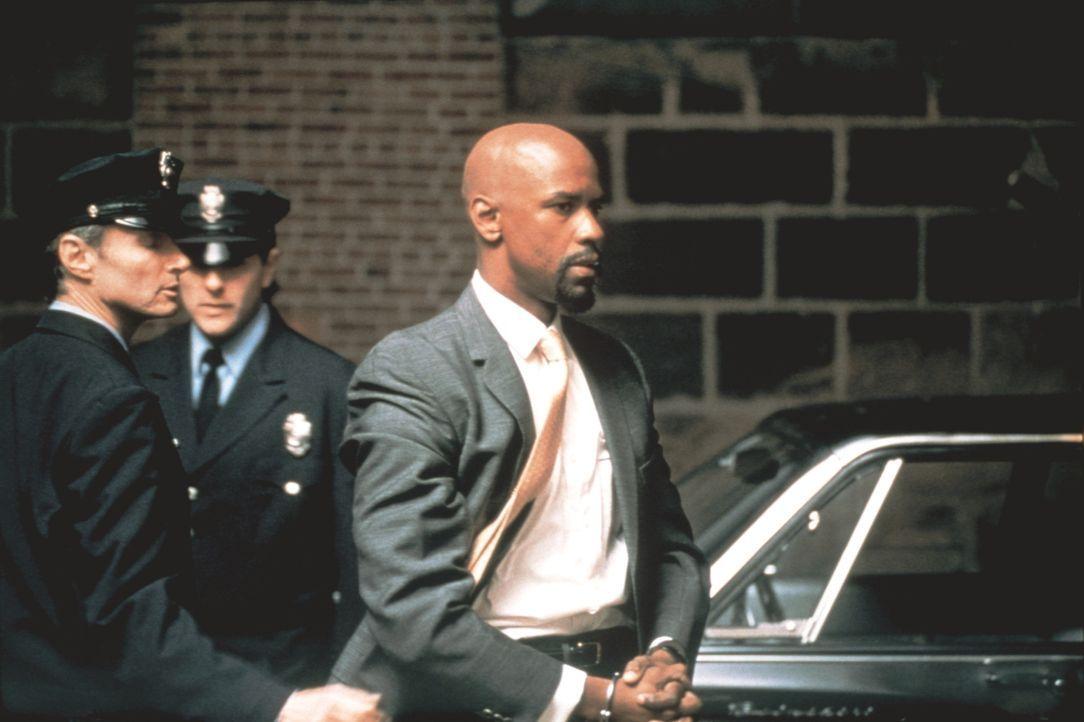 """Der erfolgreiche Boxer Rubin """"Hurricane"""" Carter (Denzel Washington, r.) wird verhaftet und in einem skandalösen Indizienprozess als dreifacher Mörde... - Bildquelle: BEACOM"""