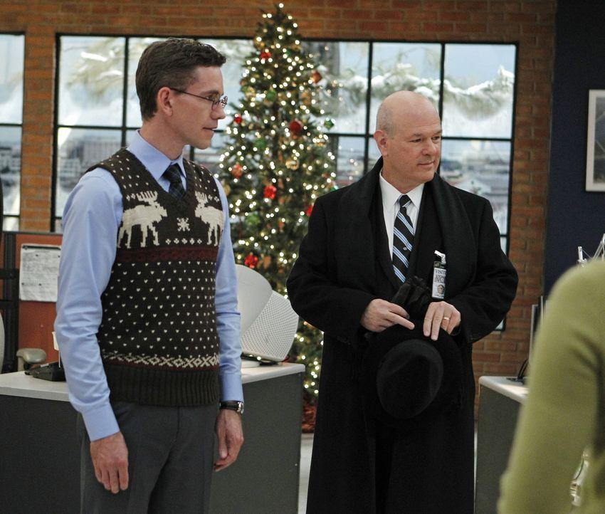 Jimmy (Brian Dietzen, l.) hat mit eigenen Problemen zu kämpfen, nachdem er seinen zukünftigen Schwiegervater (Larry Miller, r.) mit ins Büro genomme... - Bildquelle: CBS Television