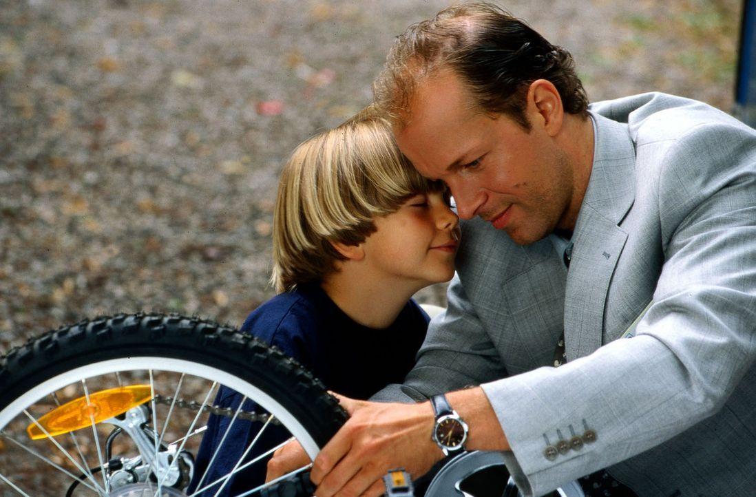 Als Versicherungsvertreter Ingolf Brandt materialisiert, kann Victor Petri (Jochen Horst, r.) nicht nur seinem Sohn David (Patrick Baehr, l.) zweima... - Bildquelle: Spitz Sat.1