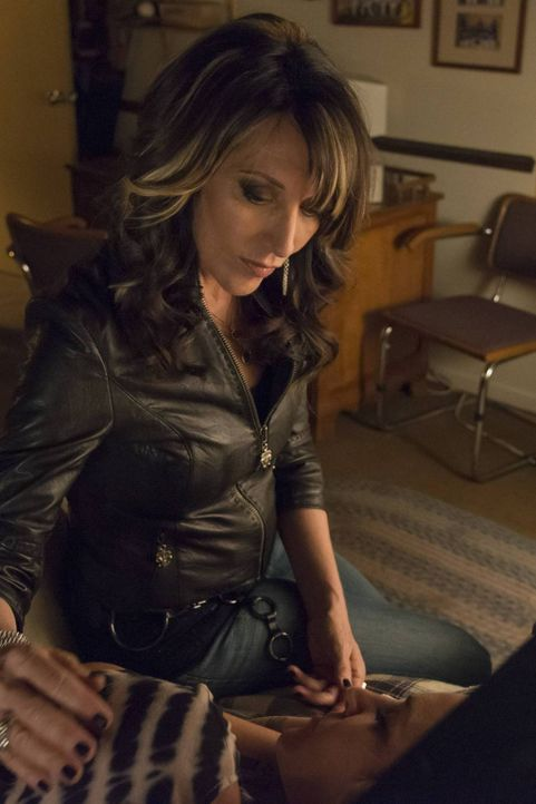Während Gemma (Katey Sagal) scheinbar eine Glückssträhne hat, könnte alles in dem Moment zusammenstürzen, in dem Jax herausfindet, dass sie ihren Se... - Bildquelle: 2013 Twentieth Century Fox Film Corporation and Bluebush Productions, LLC. All rights reserved.