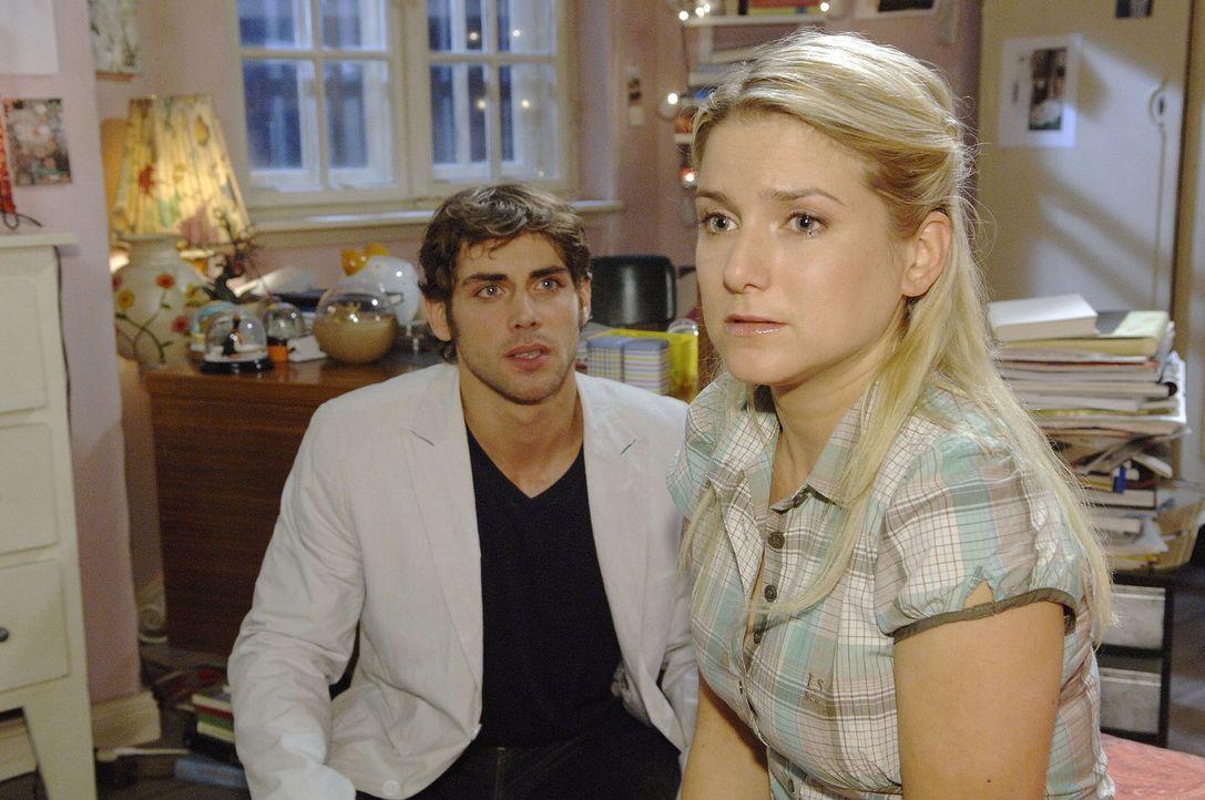 Anna (Jeanette Biedermann, r.) verrät Jonas (Roy Peter Link, l.) in einem klärenden Gespräch, welche Verzweiflungstat Katja beinahe begangen hät... - Bildquelle: Sat.1