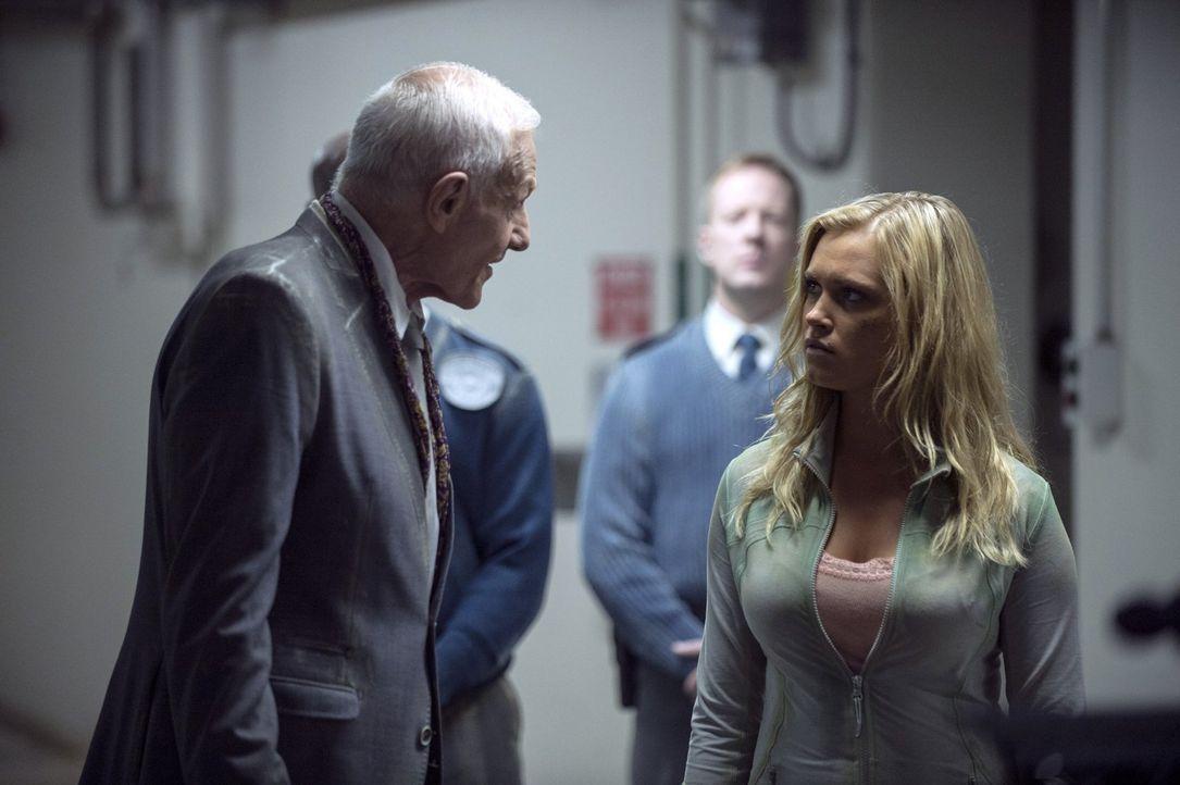 """Auf der Station """"Mount Weather"""" macht Clarke (Eliza Taylor, r.) die Bekanntschaft mit dem Präsidenten Dante Wallace (Raymond J. Barry, l.) ... - Bildquelle: 2014 Warner Brothers"""