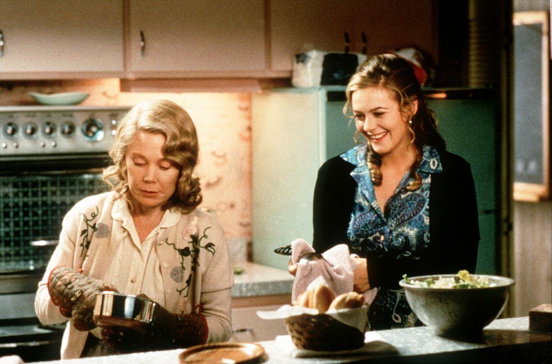 Als zukünftige Schwiegermama muss Helen (Sissy Spacek, l.) die hausfraulichen Qualitäten Eves (Alicia Silverstone, r.) überprüfen ... - Bildquelle: New Line Cinema