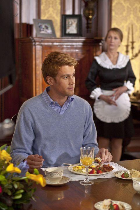 Prinz William (Nico Evers-Swindell) weiht seine Familie in seine Hochzeitspläne ein. Doch wie wird diese reagieren? - Bildquelle: The Königsberg Company