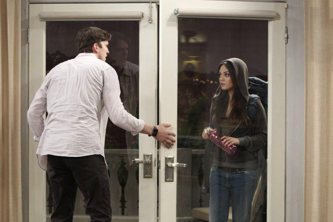 Als eines schönen Abends überraschend eine hübsche Fremde (Mila Kunis, r.) vor Waldens (Ashton Kutcher, l.) Tür steht, hält er das sofort für ein Ze... - Bildquelle: Warner Brothers Entertainment Inc.