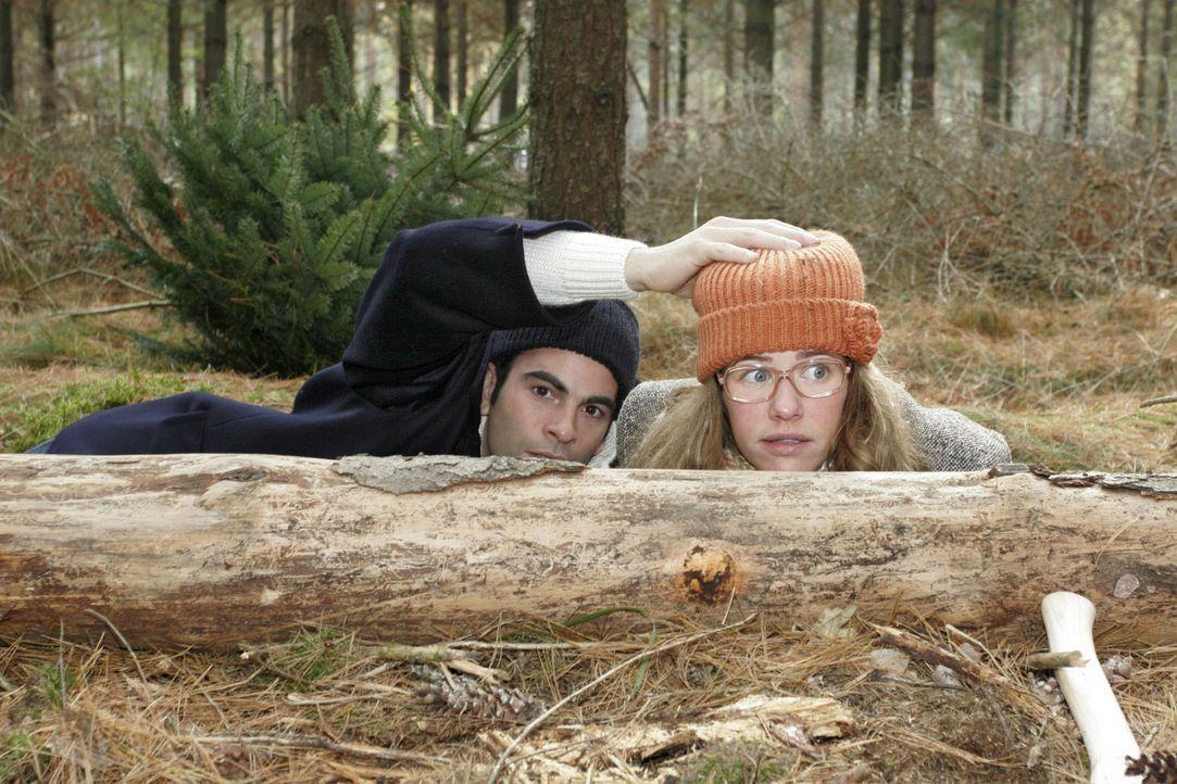 Während ihres gemeinsamen Waldausflugs fällt plötzlich ein Schuss. David (Mathis Künzler, l.) und Lisa (Alexandra Neldel, r.) gehen erschrocken in D... - Bildquelle: Noreen Flynn Sat.1