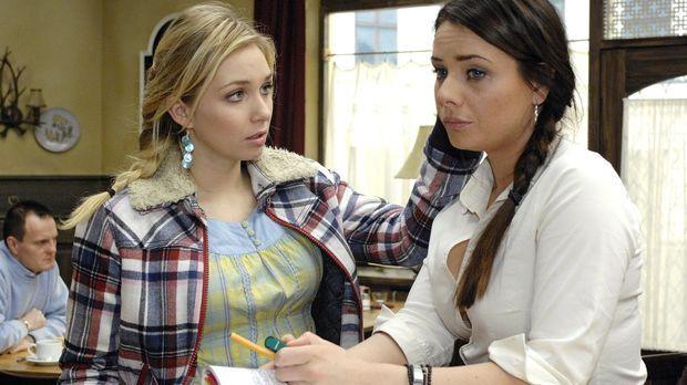 Lily (Jil Funke, l.) kann es nicht glauben, dass Paloma (Maja Maneiro, r.) si...