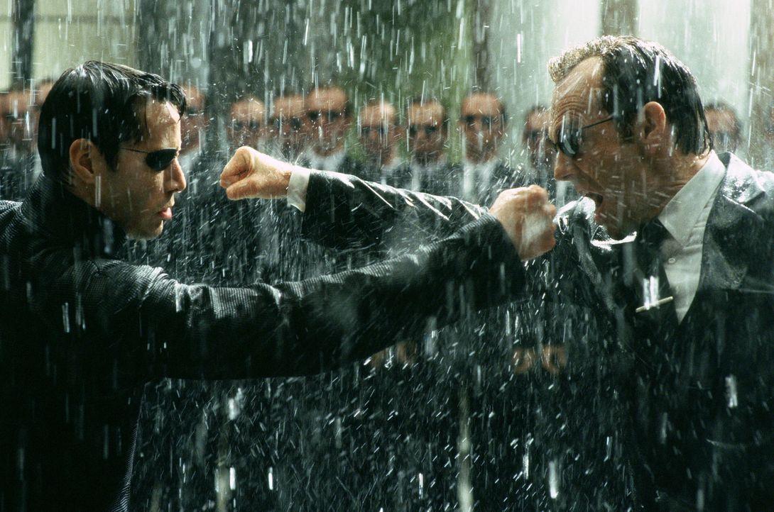Der Kampf der Giganten beginnt: Neo (Keanu Reeves, l.) und Agent Smith (Hugo Weaving, r.) ... - Bildquelle: Warner Bros.