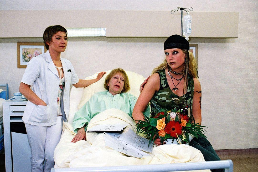 """Marlous (Diana Amft, r.) kann sich nicht erklären, warum ihre Oma Frida (Gisela Trowe, M.) so """"abgedreht"""" ist. Als Marlous vor drei Monaten aus ihre... - Bildquelle: Monika Schürle Sat.1"""