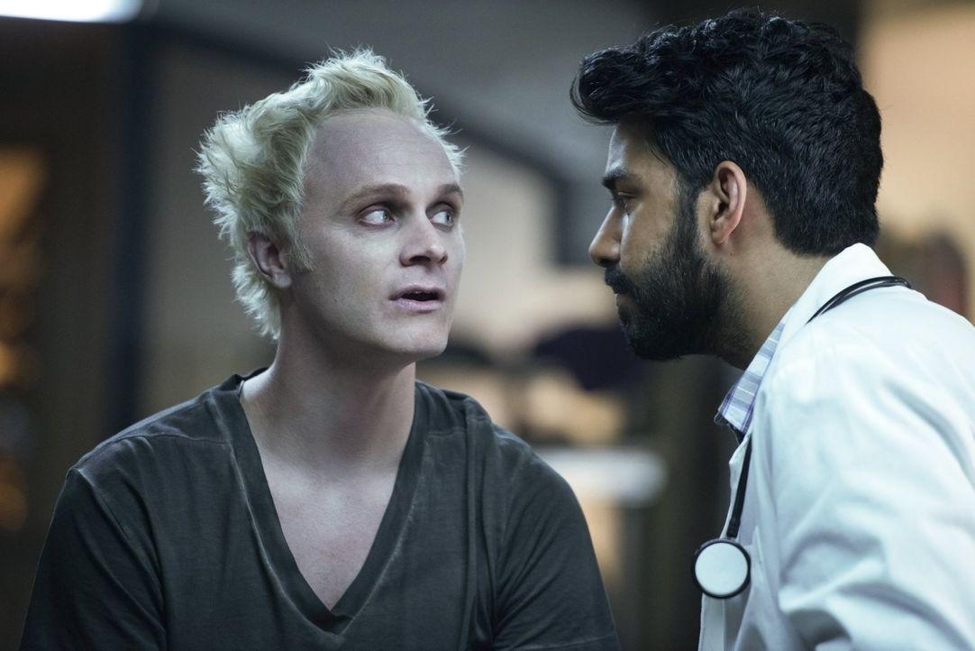 Ravi (Rahul Kohli, r.) ist begeistert, als Blaine (David Anders, l.) in seinem Labor steht. Endlich noch ein Zombie zum Untersuchen ... - Bildquelle: Warner Brothers