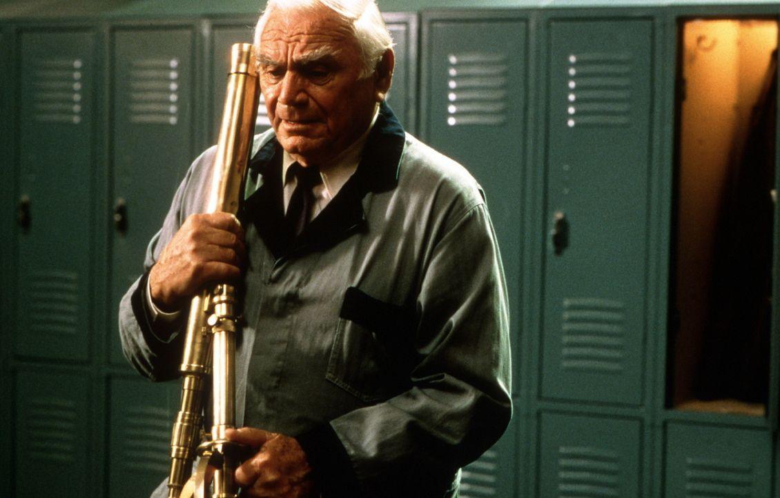 Da der alte Caesar (Ernest Borgnine) noch nicht gentechnisch optimiert wurde, wird er von der genetisch aufbereiteten Herrenrasse lediglich zum Putz... - Bildquelle: Columbia Pictures