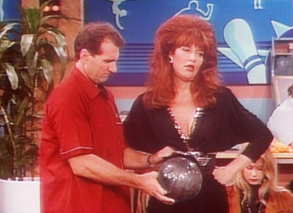 Anstatt mit Peggy (Katey Sagal, r.) ihren Geburtstag zu feiern, will Al (Ed O'Neill, l.) beim Bowling für einen neuen Rekord sorgen. - Bildquelle: Sony Pictures Television International. All Rights Reserved.
