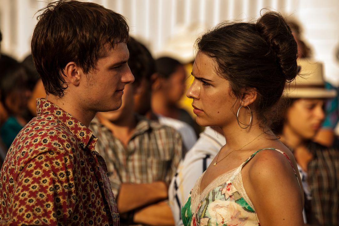 Als der junge Kanadier Nick (Josh Hutcherson, l.) in Kolumbien auf die charmante Maria (Claudia Traisac, r.) trifft, ist er sofort hin und weg. Mach... - Bildquelle: 2014 CHAPTER 2 - NORSEAN PLUS - PARADISE LOST FILM A.I.E