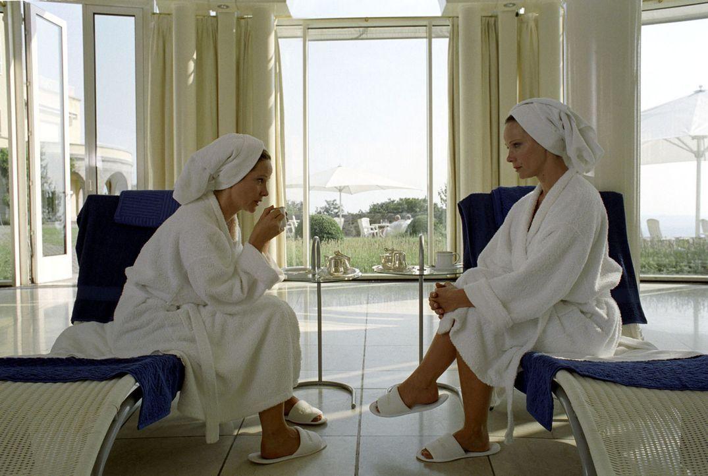 Katharina (Ann-Kathrin Kramer, l.) und Maria (Ann-Kathrin Kramer, r.) stellen fest, dass sie sich nicht nur äußerlich ähneln ... - Bildquelle: Sat.1
